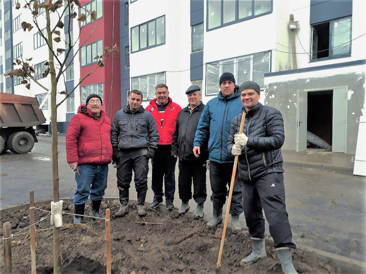 Субботник по озеленению территории ЖК Надёжный. 1
